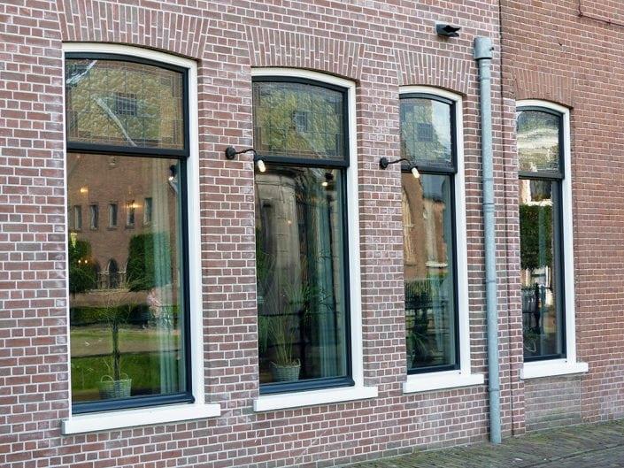 kozijnen met schuiframen gemaakt voor Grandcafe Paul Kruger te Heerenveen.